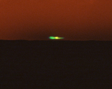 An inferior­mirage flash photographed near Scripps Pier